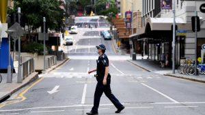 Seorang polisi melintas di sebuah jalan di Kota Brisbane saat lockdown mulai diberlakukan Sabtu (31/7/21), untuk mencegah penyebaran varian Delta virus Covid. Foto: Istimewa