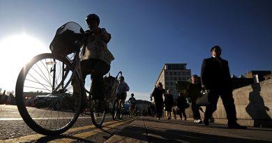 Bersepeda Tapi Tinggal di Pinggiran atau Berjalan Kaki Tapi Tinggal di Tengah Kota?